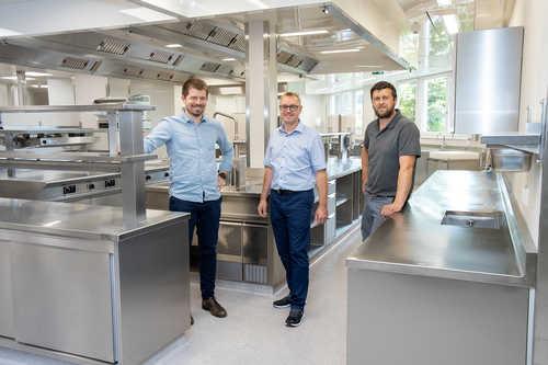 Daniel Berger (in Vertretung für Projektbetreuer Werner Weißenböck) mit GTC-Geschäftsführer Klaus Carda und Monteur Hermann Kettler